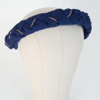 """Haarreif aus geflochtenem blauen Baumwollstoff mit Roségoldkette """"BlueTudor"""" Vorderansicht"""