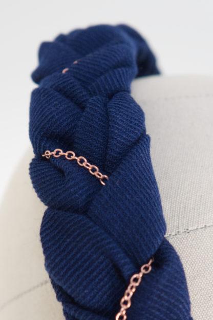 """Haarreif aus geflochtenem blauen Baumwollstoff mit Roségoldkette """"BlueTudor"""" Detail"""