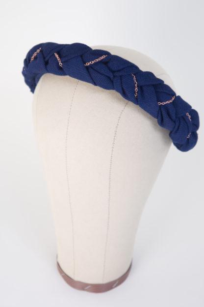 """Haarreif aus geflochtenem blauen Baumwollstoff mit Roségoldkette """"BlueTudor"""" Seitenansicht links"""