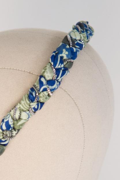"Haarreif ""Lake Tudor"" aus blau grünem Satin Paisleymuster Silberketten Detail"