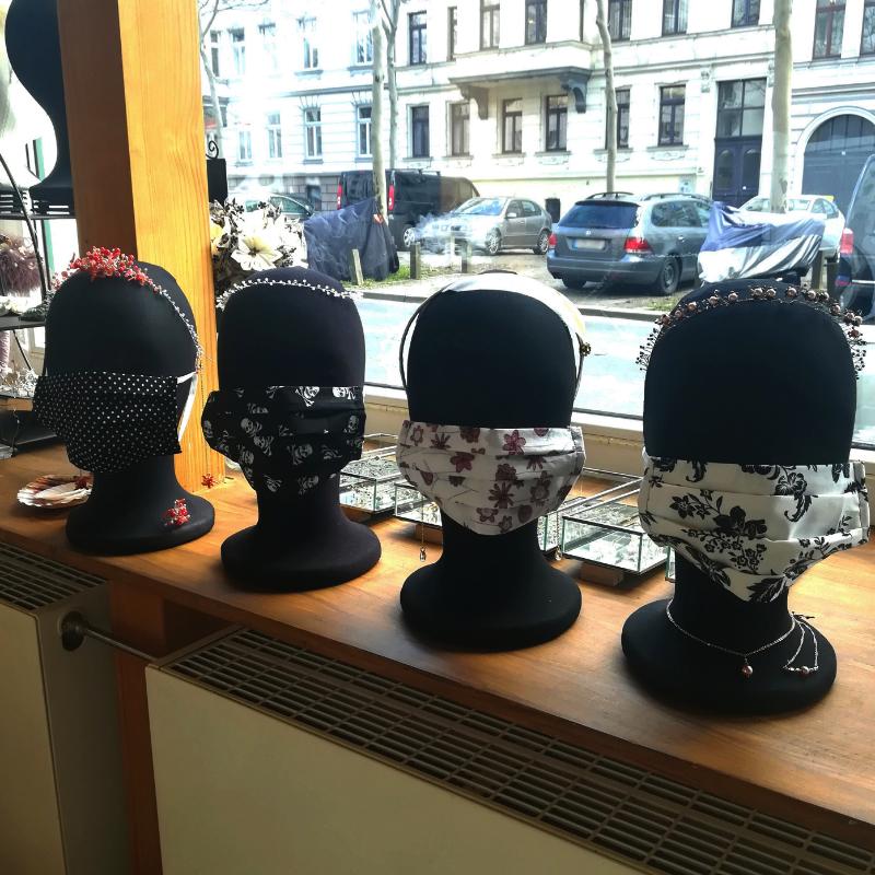 Vier Masken im Schaufenster