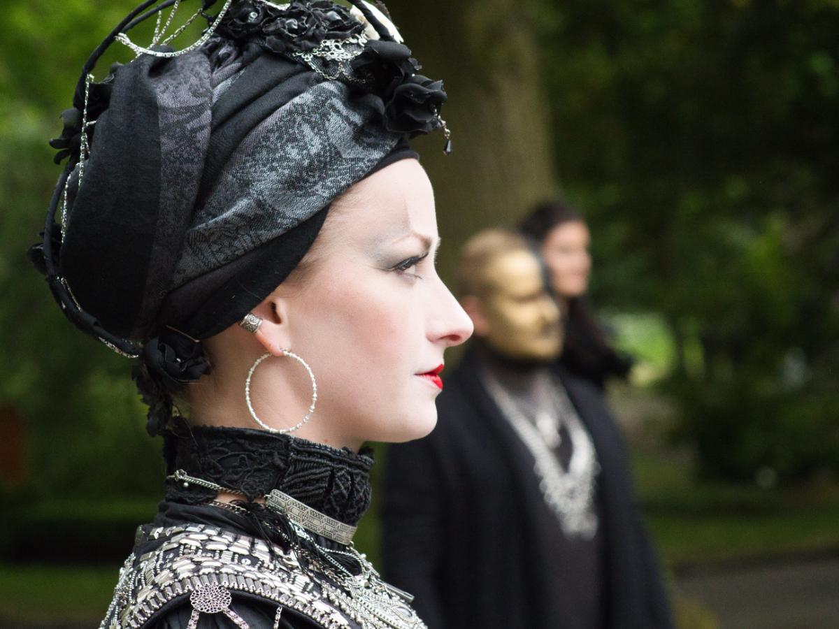 Gothic Portrait Profil Silber und Gold