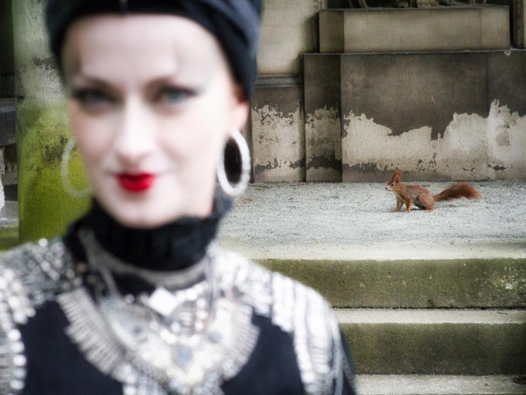 Goth mit Eichhörnchen auf Südfriedhof