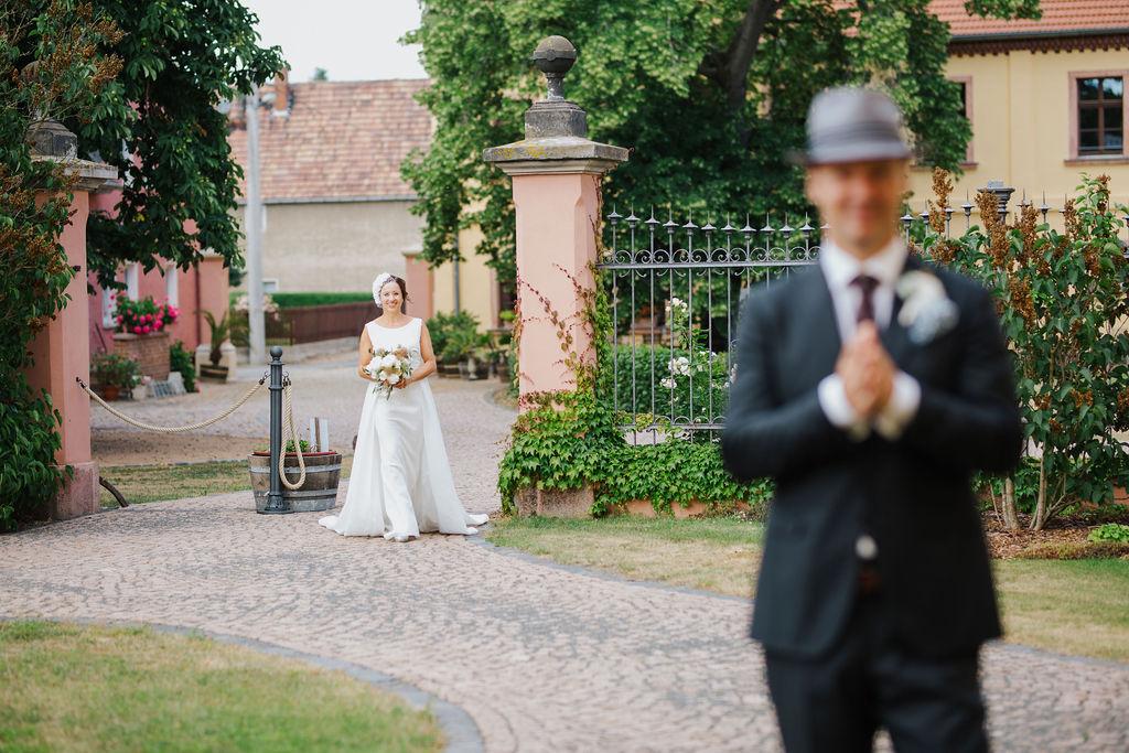Der Bräutigam sieht seine Braut noch nicht
