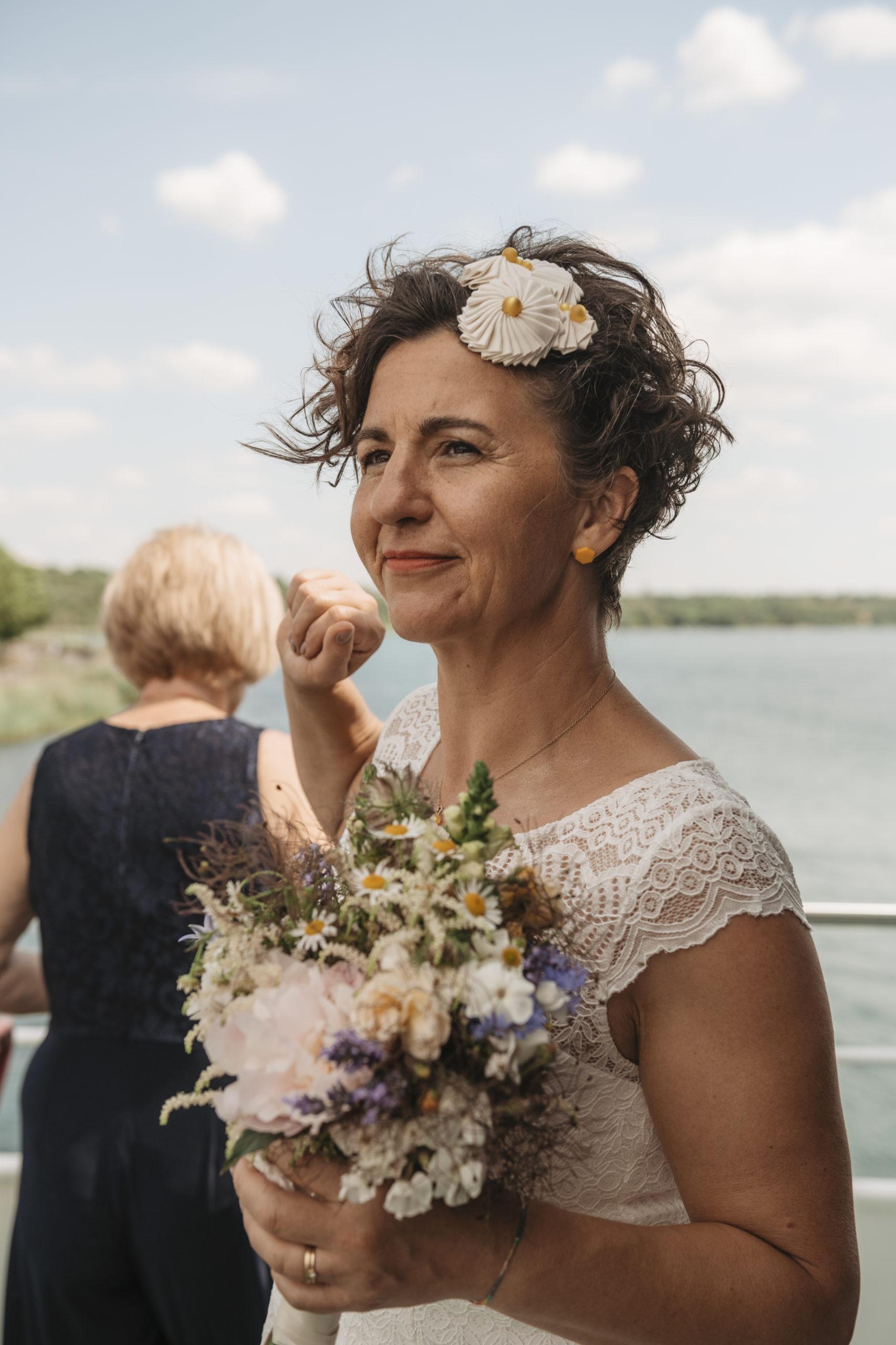 Braut mit einer Kokarde auf dem Haarkamm