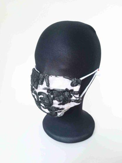 Schwarzweiße Maske mit Spitze