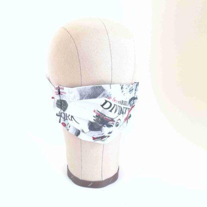 Maske mit Zeitungsprint