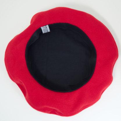 Schwarzes Innenfutter bei einem roten Beret