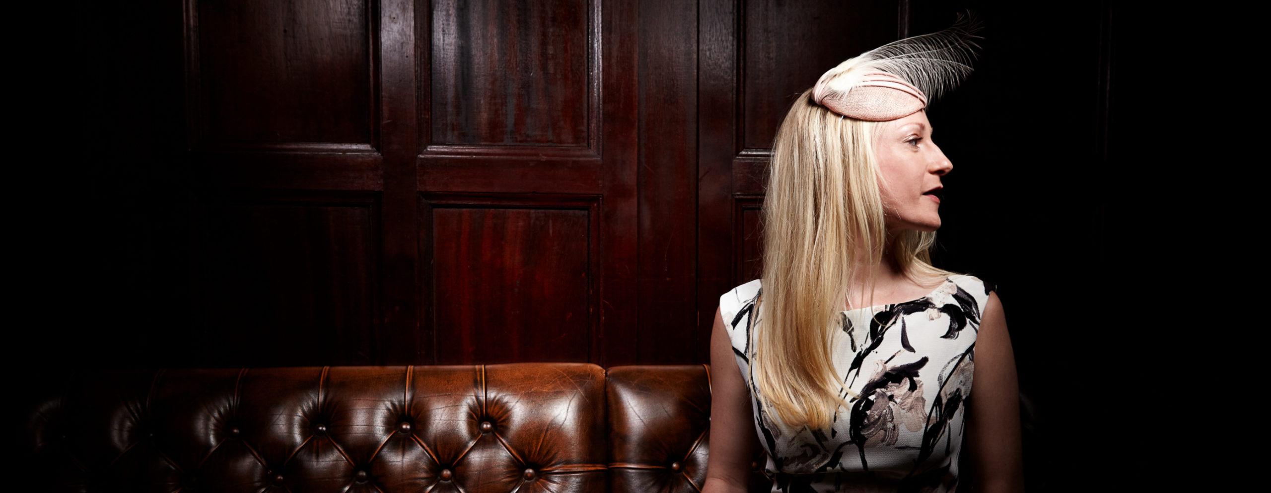Elegante Mode und Fascinator in irischen Pub