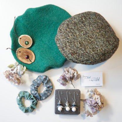 Flatlay mit grünen Hüten