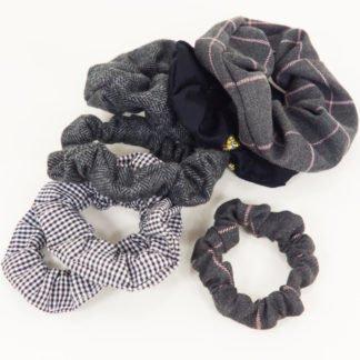 Schwarze, weiße und graue Scrunchies