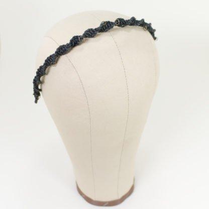 Haarreif aus Makramee-Lederbändern mit kleinen messingfarbigen Hairpiercings