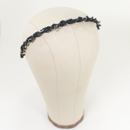 Haarreif aus geknüpften Lederbändern mit großen silbernen Hairpiercings
