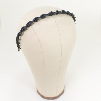 Haarreif aus geknüpften Lederbändern mit kleinen silbernen Hairpiercings