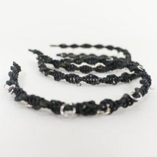 Haarreifen aus schwarzem Leder in Makramee mit Metallringen