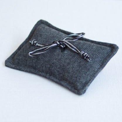 Ringkissen aus grauem Tweed im Fischgratmuster